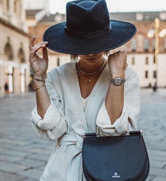 Футболка с плечами, шляпа и белая сумочка стали трендами этой весны
