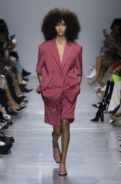 Самый модный костюм сезона: удлиненный жакет и шорты Бермуды. Как и кому носить в 2020