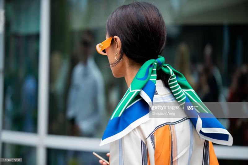 Как носить платок — главный тренд уличного стиля весна-лето 2020