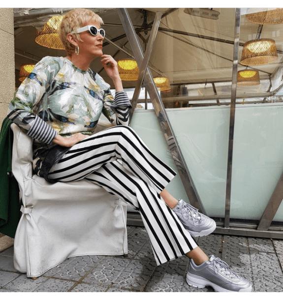 Кроссовки и кеды могут стать вашей любимой обувью. Весенние образы для женщин 45+