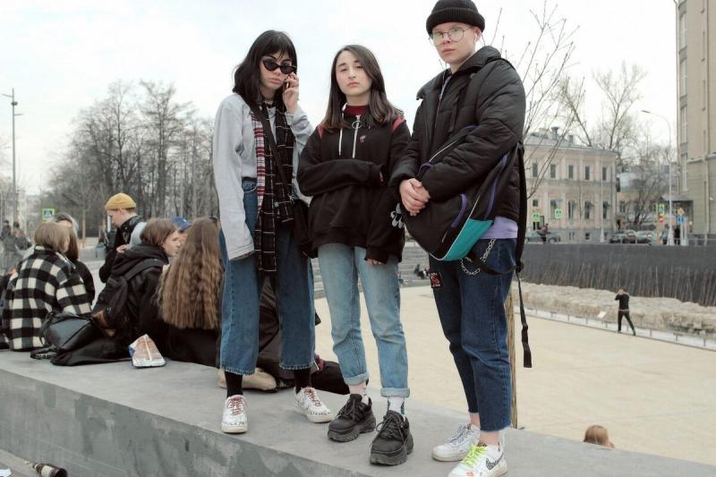 Молодежь 21-го века, насколько далеко зашла мода. Подростки сейчас выглядят как модели.