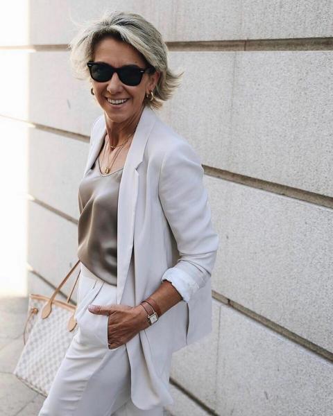 10 модных и практичных летних образов для женщин за 50