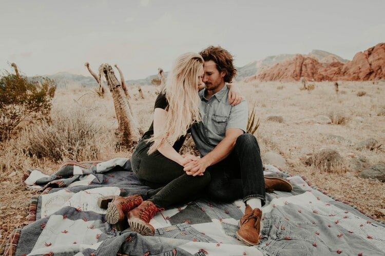 15 мелочей, которыми мужчина пытается признаться в любви, а вы и не замечаете этого