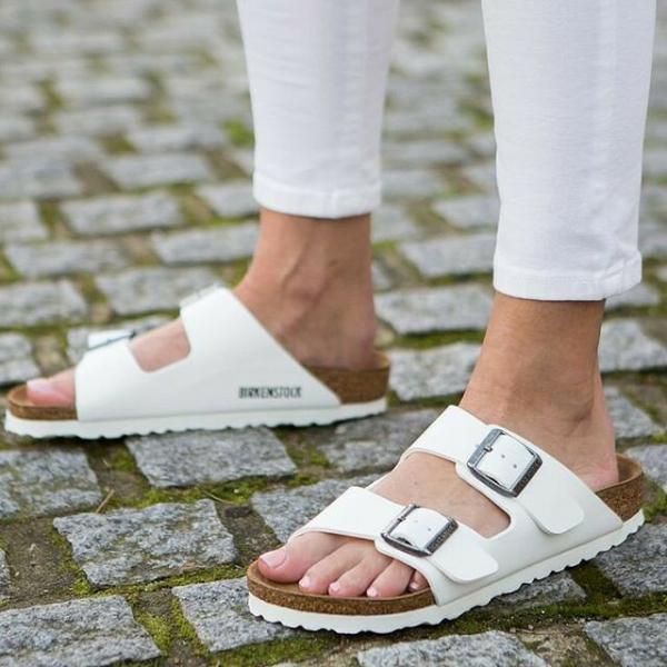 Биркенштоки. Что это за обувь и как носить ее стильно в новом сезоне.