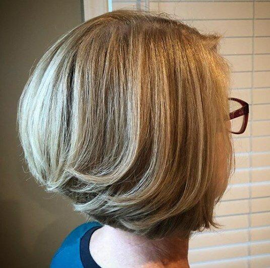 Парикмахер помог подобрать цвет волос, который сделал меня моложе. Мне 60 лет