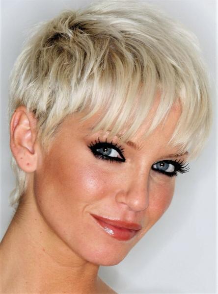Привлекательные короткие стрижки на светлые волосы для весны и лета 2020