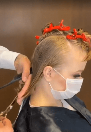 """Женщина с """"детским лицом"""" пришла в салон на стрижку. В итоге стала яркой и стильной блондинкой (фото до и после)"""