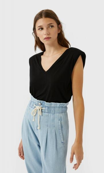 Хит лета 2020 — футболка с подплечниками. С чем носить и где купить онлайн прямо сейчас?