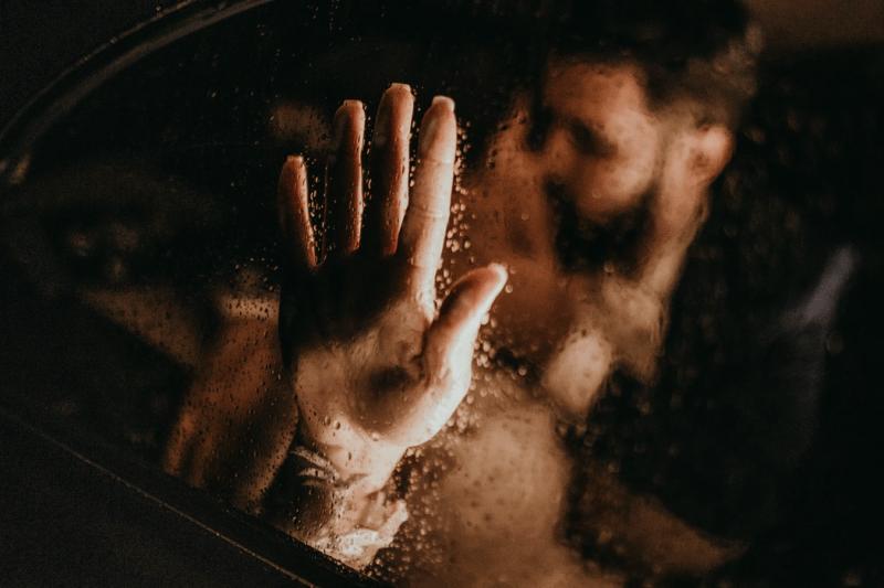 Любовная бомбежка: 13 способов, которыми психопаты привязывают вас к себе