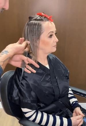 Женщина 50+ пришла «подкрасить корни», но мастер предложил новую стрижку и модное окрашивание (преображение до и после)
