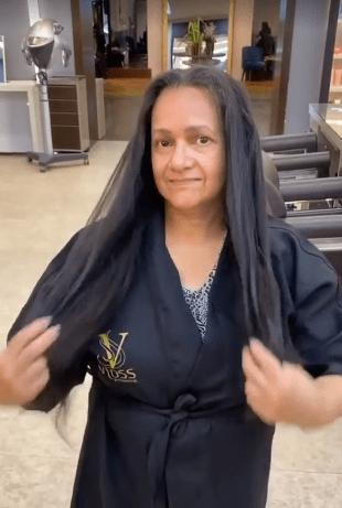 """50-летняя женщина всегда носила волосы до пояса, но решила отрезать """"свое богатство"""". Мастер сделал модную короткую стрижку"""