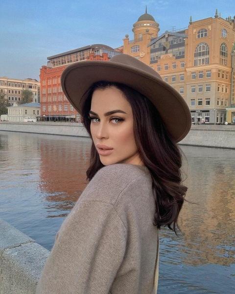 Берет, тюрбан или шляпа: выбираем модные головные уборы осени 2020