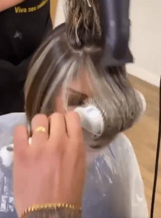 """""""Пришла в салон и попросила отрезать волосы."""" Мастер выполнил пожелание. В итоге стала выглядеть как """"инстаграмная дива"""""""