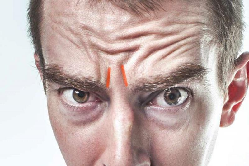 Массаж пальцем-крючком от морщин между бровями. Эффект заметен сразу же и инструмент для массажа всегда на руке