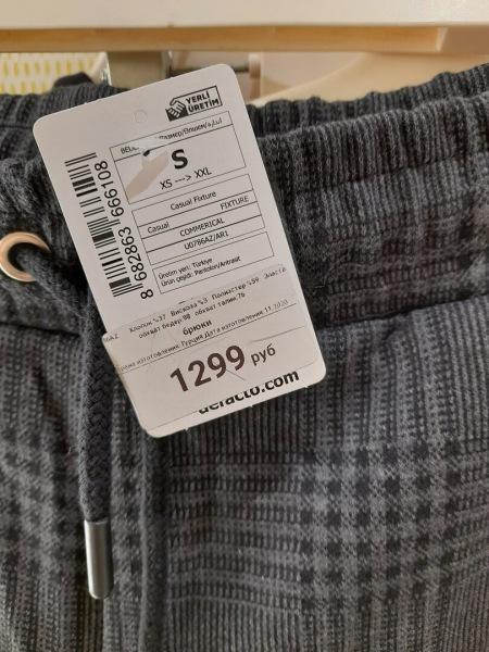 Примерила в магазине брючный костюм, а также надела жакет с юбкой-шортами. В такой одежде готова идти работать в офис