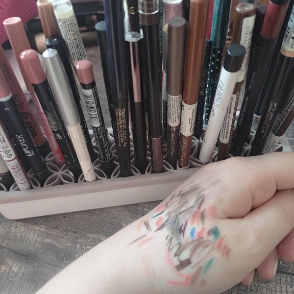 Себе во вред женщины избегают карандаши для глаз с цветом. Чем старше, тем эффектнее работает преображение вгляда