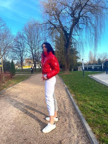 Купила в Москве модные джинсы со штанинами разного цвета. Показываю, с чем их ношу. Называю цену джинсов