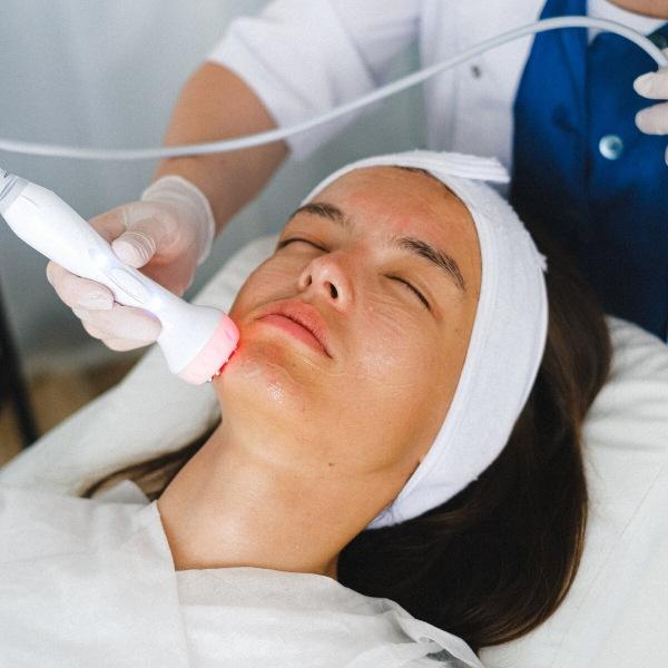 Не дайте себя обмануть: какие косметологические процедуры следует делать, а какие будут бесполезны, если вам за 30 лет
