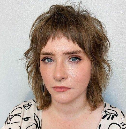 11 милых стрижек с челкой для тонких волос