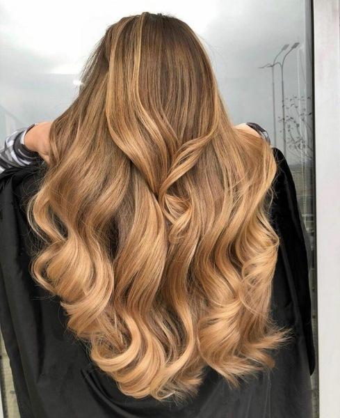18 потрясающих вариантов карамельного мелирования на любые волосы